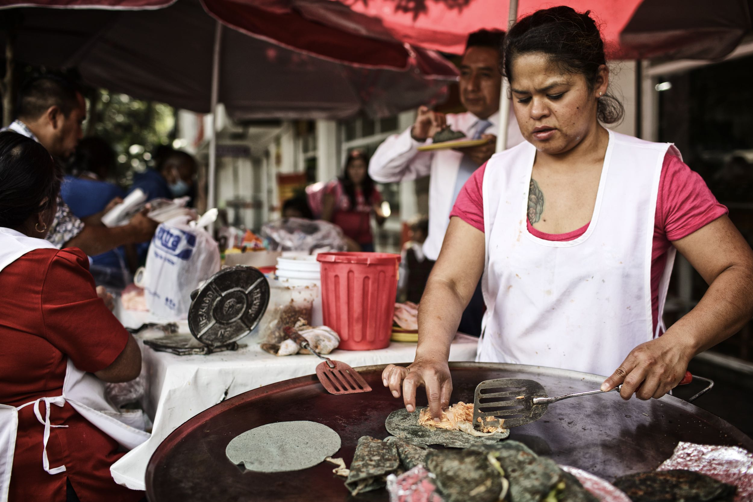Jody Horton Photography - Chef preparing tacos on a plancha in the streets of Mexico City.